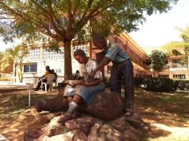Statue auf einem Schulgelaende, statue at a school playground